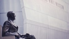 Strhávať, alebo nestrhávať sochy a pamätníky na minulé časy?