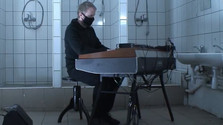Doma dobre: Fero Király hrá Philipa Glassa