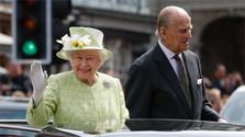 Britská kráľovná kráľovná Alžbeta II. a jej manžel, princ Filip mávajú davu ľudí_TASR.jpg