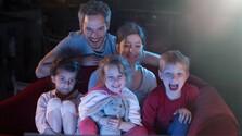 Rodina pozerá spoločne televíziu.jpg