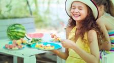 Dievčatko s ovocím zatvára oči pre včelou.jpg