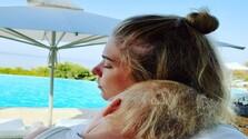 Veronika Cifrová Ostrihoňová s dcérkou Sárou na dovolenke.jpg