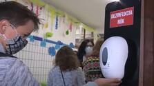 Žiak v škole pri dezinfekcií.jpg