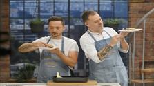 Robo Papp a Gabo Kocák pri ochutnávaní koláča.jpg