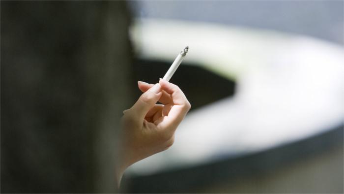 mladí ľudia cigareta zdravie tabak zlozvyk cigarety tabakové výrobky_TASR.jpg