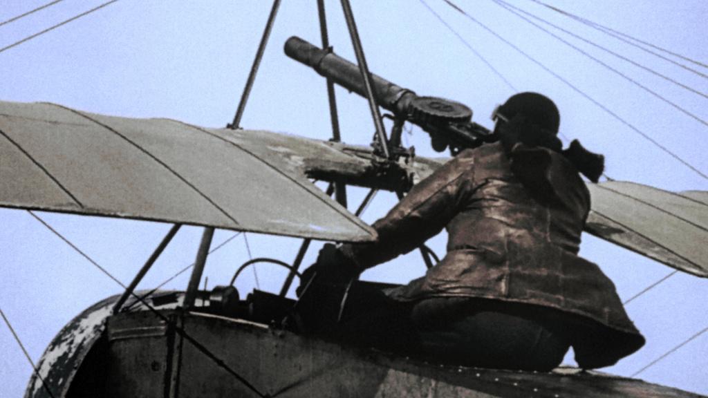 muž v historickom vojenskom lietadle
