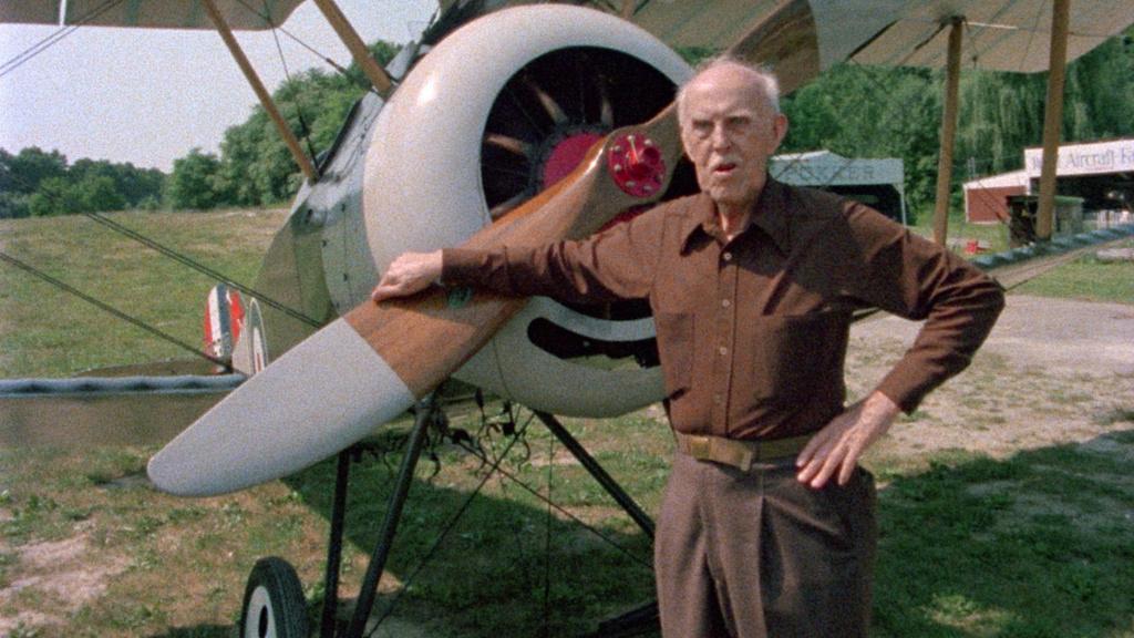 William Lambert stojí pred lietadlom