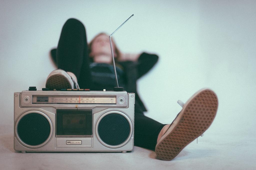 človek s rádiom