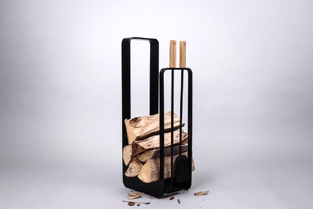 CO4 BENT, stojan na drevo s krbovým naradím.jpg