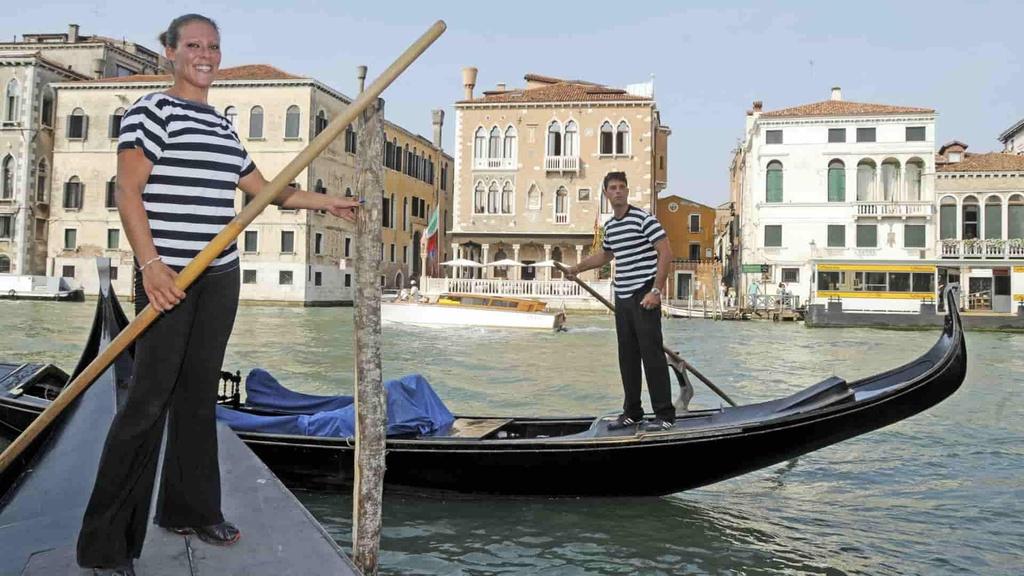 Benátky-Woman-Gondolier-TASR