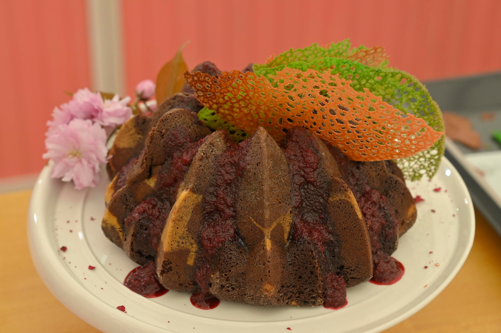 Čokoládová bábovka s cheesecake plnkou višňami a višňovou omáčkou